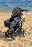 Carrinho de criança de bebê estacionado na praia fotografia de stock royalty free