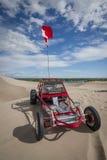 Carrinho de duna vermelho nas dunas de areia imagem de stock royalty free