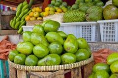 Carrinho de fruta do abacate Fotos de Stock