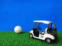 carrinho de golfe e bola de golfe Imagem de Stock