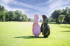 Carrinho de golfe em um clube de golfe foto de stock