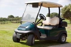 Carrinho de golfe estacionado em um fairway Fotos de Stock