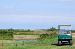 carrinho de golfe no campo de golfe imagens de stock