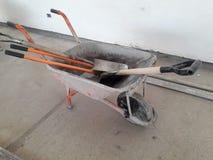 carrinho de mão com pá e picareta e várias ferramentas imagens de stock