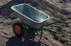 Carrinho de mão de duas rodas do metal do jardim vazio Imagens de Stock