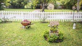 Carrinho de mão de roda e desejo bem com flora Imagem de Stock