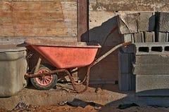 Carrinho de mão estacionado no canteiro de obras fotos de stock