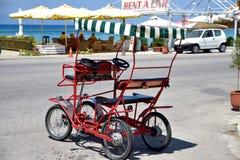Carrinho do ciclo para o aluguer na parte dianteira da praia Imagem de Stock