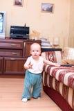 Carrinho do rapaz pequeno no assoalho de folhosa na HOME Imagem de Stock Royalty Free