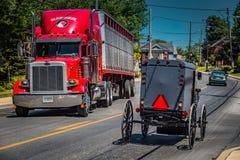 Carrinho e caminhão de Amish imagens de stock royalty free