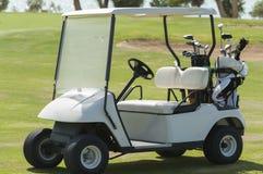Carrinho elétrico do golfe em um fairway fotos de stock