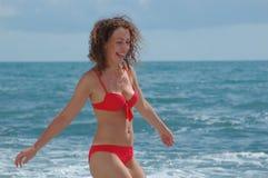 Carrinho feliz da mulher na costa Fotografia de Stock