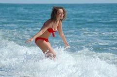 Carrinho feliz da mulher na costa Imagem de Stock