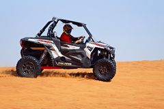 Carrinho Offroad no deserto fotografia de stock royalty free