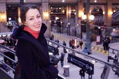 Carrinhos ascendentes próximos da mulher metade-girados na estação Fotos de Stock Royalty Free