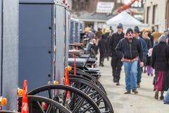 Carrinhos de Amish na venda da lama imagem de stock