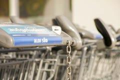 Carrinhos de compras do ¼ d de Aldi SÃ Imagens de Stock