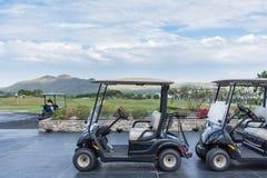 Carrinhos de golfe em um clube de golfe preto da montanha Foto de Stock Royalty Free