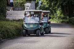 Carrinhos de golfe estacionados perto do recurso fotos de stock