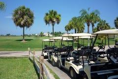 Carrinhos do golfe em um campo de golfe fotos de stock royalty free