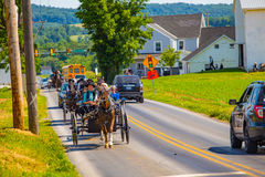 Carrinhos múltiplos de Amish na estrada imagens de stock royalty free