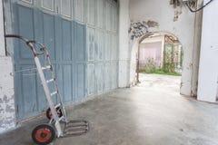 Carriola d'acciaio bianca vicino alla vecchia parete sporca fotografia stock libera da diritti