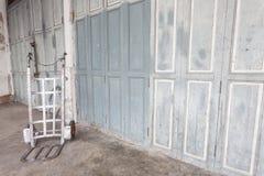 Carriola d'acciaio bianca vicino alla vecchia parete sporca fotografia stock