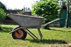Carriola del giardino su un'azienda agricola fotografia stock libera da diritti