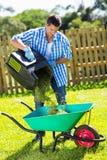 Carriola dell'erba dell'uomo Fotografia Stock Libera da Diritti
