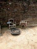 Carriola e vecchia sedia Fotografia Stock Libera da Diritti