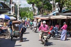Carrito con su carro de tres ruedas del pasajero en la calle Fotos de archivo libres de regalías