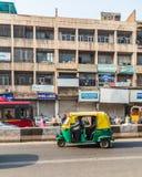 Carritos de Tuk Tuk en Delhi durante el día Fotos de archivo libres de regalías