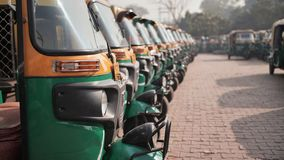 Carritos indios del taxi expuestos en fila almacen de video