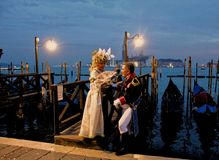 Carrnival Kostüme und Masken Venedigs lizenzfreies stockbild
