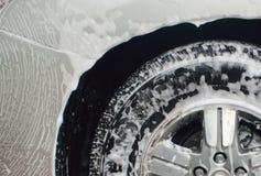 Carroçaria e pneu da limpeza da espuma da lavagem de carros fotos de stock