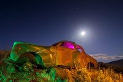 Carro abandonado colorido fotos de stock