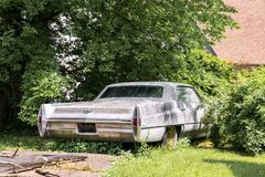 Carro abandonado no quintal imagens de stock