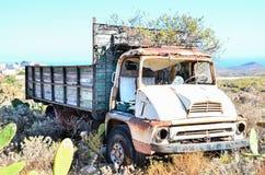 Carro abandonado oxidado Imagen de archivo libre de regalías
