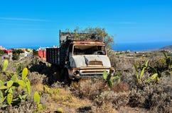 Carro abandonado oxidado Foto de archivo libre de regalías