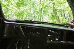 Carro abandonado velho na floresta foto de stock royalty free