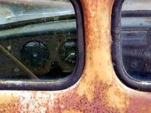 Carro aherrumbrado   foto de archivo