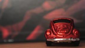 Carro alaranjado diminuto do brinquedo de Volkswagen Beetle fotos de stock royalty free