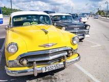 Carro amarelo colorido do vintage em Havana Fotografia de Stock Royalty Free