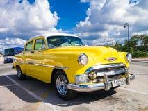 Carro amarelo colorido do vintage em Havana Imagens de Stock