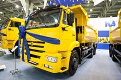 Carro amarelo Kamaz da descarga do camião fotografia de stock royalty free