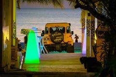 Carro amarelo na praia Fotografia de Stock Royalty Free