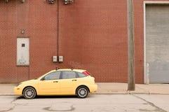 Carro amarelo na rua concreta industrial vazia fotos de stock royalty free