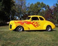 Carro amarelo restaurado clássico com detalhe da chama Fotos de Stock Royalty Free