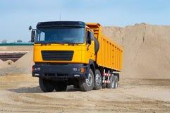 Carro amarillo en la mina de la arena Imagen de archivo libre de regalías