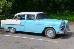 Carro americano clássico do vintage estacionado em Vinales imagens de stock